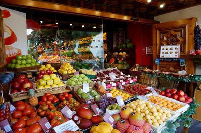 La parte de frutería es espectacular. Por la variedad que encontramos y por el tratamiento que tienen los géneros. Cuentan con una cuidada selección de las mejores variedades de frutas y verduras, tanto nacionales como de importación.