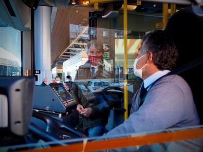 En concreto, prestan servicio 303 líneas de autobuses. interurbanos diurnos y 40 de autobuses interurbanos nocturnos, de manera que todos los municipios de la región tienen ya conexión por transporte público.