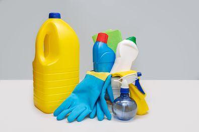 Nunca mezclar lejía con otros productos químicos, amoniacos, ácidos o alcohol, ni con otro producto de limpieza doméstico ya que puede desprender gases tóxicos.