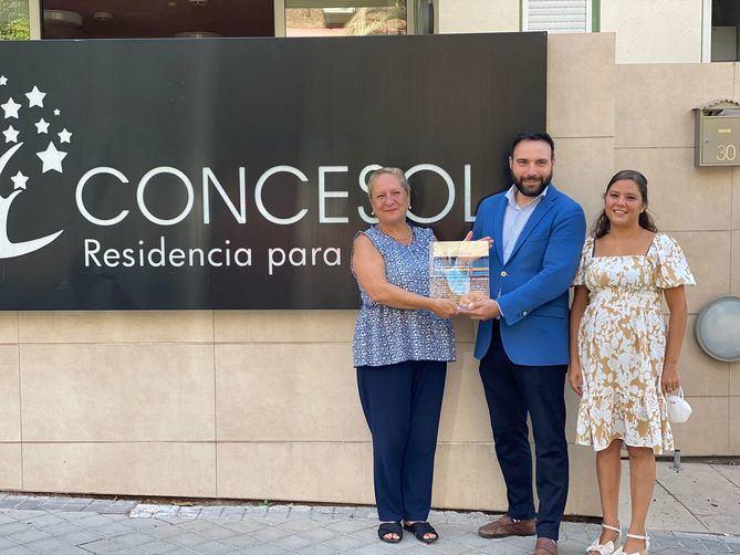 Durante varios meses, la Residencia de Mayores Concesol, el bar Docamar, el restaurante Rulo y el Fogón Asturiano elaboraron menús diarios que se repartieron entre familias en situación de vulnerabilidad identificadas por los servicios sociales del distrito.