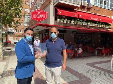 El concejal de Ciudad Lineal, Ángel Niño, ha visitado varios establecimientos hosteleros del distrito, a los que ha entregado una placa en reconocimiento a su labor y colaboración con la junta durante la pandemia.