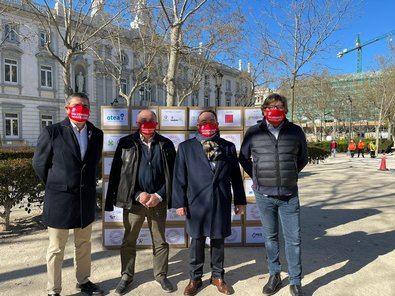 El presidente de la asociación Hosteleros de España, José Luis Yzuel, y otros representantes del sector, ante el Tribunal Supremo de Madrid para comenzar con la jornada de reivindicación de los afectados por los cierres de la crisis sanitaria.