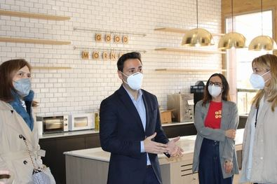 El consejero de Políticas Sociales, Familias, Igualdad y Natalidad, Javier Luengo, ha visitado el hotel, que ya acoge a las primeras personas derivadas de los servicios sociales municipales.
