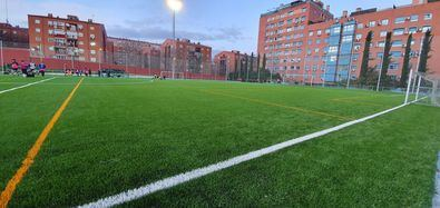 Entre otros trabajos de mejora, se ha instalado un nuevo césped artificial del campo de fútbol y redes parabalones, además de una nueva escalera metálica de acceso directo al terreno de juego desde los vestuarios.