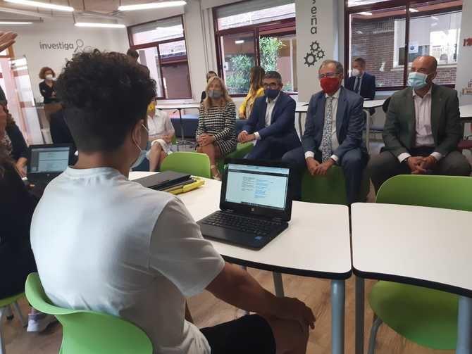 El proyecto de innovación Aula del Futuro, que puso en marcha el IES Giner de los Ríos en 2018, es un espacio de enseñanza y aprendizaje multidisciplinar, flexible y versátil., que el consejero de Educación en funciones, Enrique Ossorio, conoció de primera mano la semana pasada.