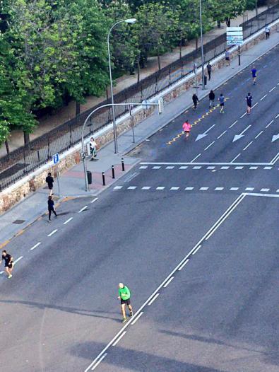 Peatones y corredores ocuparon la calzada de Menéndez Pelayo ante la estrechez de las aceras.