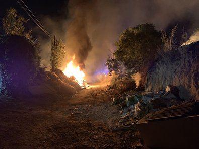 El primer aviso ha sido a las 21.36 horas, cuando ya se podía ver una columna de humo desde diferentes puntos de la ciudad, como los barrios de Las Tablas, Tres Olivos, Montecarmelo e, incluso, Sanchinarro o el barrio del Pilar.