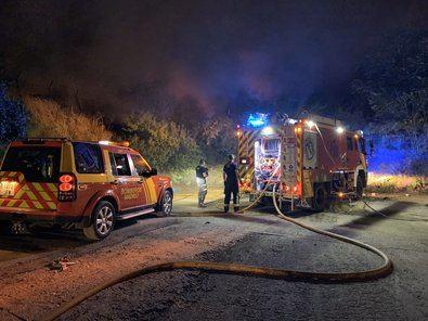 Ocho dotaciones de Bomberos del Ayuntamiento de Madrid continúan trabajando en el incendio de pastos.