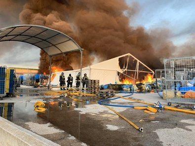 Las llamas han afectado principalmente a dos de las cuatro naves y a una zona de carpas exteriores, situadas en un complejo de la calle de Monasterio de las Huelgas, en Montecarmelo,