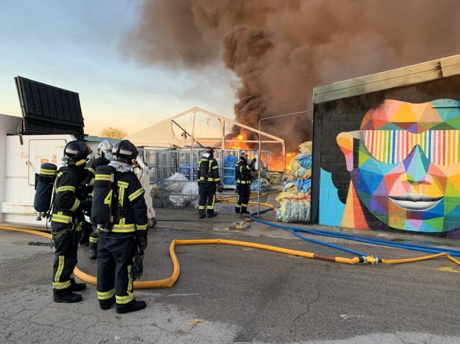Controlado el incendio de Montecarmelo, que ha provocado el colapso estructural de una nave