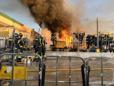 Hasta el lugar se han desplazado 14 dotaciones de Bomberos, después de que recibiesen un aviso a las 6.30 horas alertando del fuego 'de grandes dimensiones' que afectaba a un complejo en que se almacenaba grandes cantidades de papel y de plástico.
