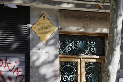 La placa al ministro socialista de la II República, Indalecio Prieto, en la que fue su casa desde 1920 a 1938, en la calle de Carranza, en el distrito de Chamberí.