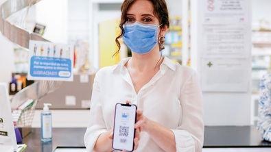 La Comunidad de Madrid ha incluido una nueva funcionalidad en la Tarjeta Sanitaria Virtual, el Carnet de Vacunación COVID-19. Dicha función, disponible desde el 1 de febrero, permite a los madrileños que tengan instalada la aplicación en su móvil, tener disponible la información referente a su estado de vacunación, y el sistema informará de si el paciente está vacunado o no.