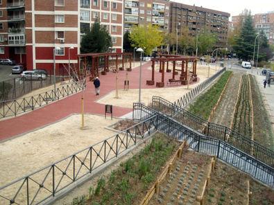 La zona verde, situada en el número 47 de la avenida de Camilo José Cela, en el distrito de Chamartín, llevará el nombre de la científica Margarita Salas. Los jardines ocupan una superficie aproximada de 2.700 metros cuadrados.