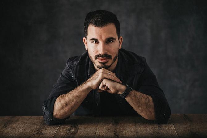 Javier Castillo compaginaba la escritura con su profesión como consultor financiero hasta el éxito de su primera novela, 'El día que se perdió la cordura'. Le han seguido 'El día que se perdió el amor', que cerraba la historia del libro anterior; 'Todo lo que sucedió con Miranda Huff' (2019) y, este mismo año, 'La chica de nieve'.