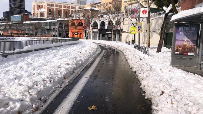 La Empresa Municipal de Transportes de Madrid ha puesto en marcha este martes un total de 28 líneas de autobús, priorizando las líneas que garantizan la movilidad a los hospitales, así como las que recorren los ejes principales de la capital, cuyas calzadas ya está libres de nieve y hielo.