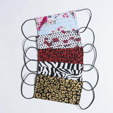 En Kausi han querido ayudar a paliar los efectos de la crisis que el sector textil está viviendo y han puesto sus diseños y sus canales de distribución a disposición de los maestros abaniqueros con los que trabajan, para la elaboración de mascarillas.