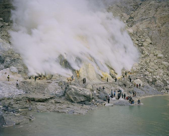 Imagen de Armin Linke del volcán Biau, en Indonesia.