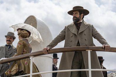 La adaptación, ambientada como la obra original en los años finales del siglo XIX, se estrenará próximo 26 de marzo en Amazon Prime Video en más de 240 países y territorios.