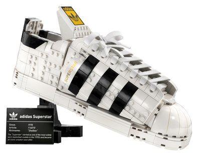 Añade un modelo único a tu colección de calzado urbano con la zapatilla Superstar adidas x LEGO® de diseño personalizable. Su PRVP es de 90 euros.