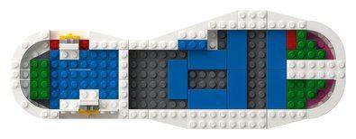 Esta versión forma parte de la colaboración entre adidas y LEGO® y conserva los emblemáticos estampados, la puntera de goma, el logotipo del trébol y las 3 bandas dentadas de la Superstar original. Incluye cordones y un embalaje especial con detalles de LEGO.