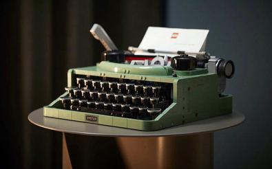 Inspirada en la máquina de escribir clásica que usaba Ole Kirk Kristiansen, el fundador de The LEGO Group, se mueve y suena como las de verdad. Tiene un precio recomendado de venta al público de 199,99 euros y se ha puesto a la venta este mes de julio.