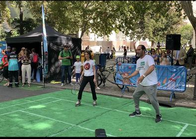 El programa educativo 'Street Tennis', financiado por la Comunidad de Madrid, contó en la edición de 2019 con la participación de más de 4.000 jóvenes. En la imagen, la delegada de Cultura del Ayuntamiento de Madrid, Andrea Levy, y Albert Costa, actual director de las Davis Cup by Rakuten Finals.