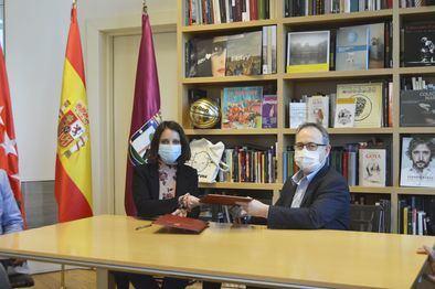 La delegada de Cultura, Turismo y Deporte, Andrea Levy, durante la rúbrica con la Asociación de Productores y Teatros de Madrid (APTEM), a través de Madrid Destino.