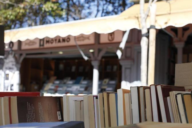 Además de la posibilidad de visitar las librerías fuera de su contexto habitual, se organizarán pequeñas actividades relacionadas con el sector. Para la celebración de esta iniciativa, que coincide con la fiesta estival del libro en Cataluña, el Área de Cultura, Turismo y Deporte ha solicitado la ayuda de las 21 juntas municipales.