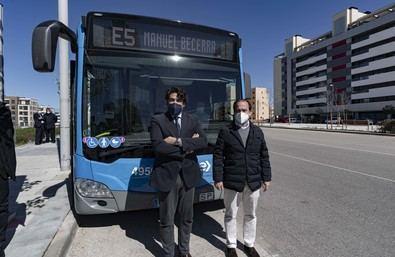 El consejero de Vivienda y Administración Local, David Pérez, y el concejal delegado de Medio Ambiente y Movilidad del Ayuntamiento de Madrid, Borja Carabante, han visitado el recorrido de la línea.