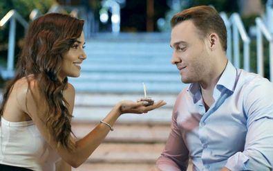 'Love is in the air', más conocida en las redes sociales como 'Sen Cal Kapimi', su título original, es la apuesta de TeleCinco desde hace un par de meses y cuenta las aventuras de Serkan y Eda en una 'romcom' moderna y desenfadada.
