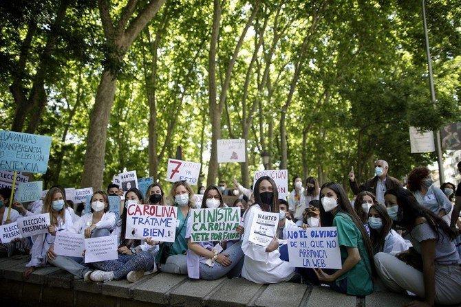 Más de mil aspirantes MIR se concentran frente al Ministerio de Sanidad para reclamar elección telemática en tiempo real