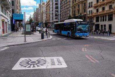 Se contempla la restricción progresiva de la circulación a los vehículos más contaminantes, aquellos que no poseen distintivo ambiental (A), mediante la creación de Madrid Zona de Bajas Emisiones (ZBE).