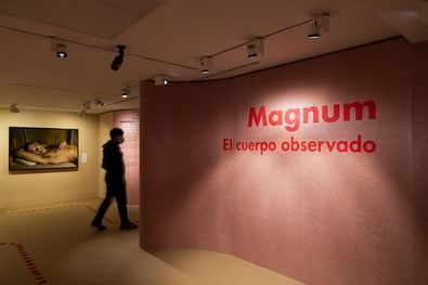 Esta muestra explora cómo los fotógrafos de la prestigiosa agencia Magnum Photos han abordado la visión del cuerpo, desde la década de 1930 hasta la actualidad.