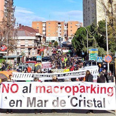 El pasado fin de semana, una veintena de colectivos ciudadanos de Hortaleza se echaron a la calle en una manifestación contra la 'fiebre de aparcamientos' en el distrito que contó una gran afluencia de vecinos de todos los rincones del distrito y el apoyo de otros barrios de la capital.
