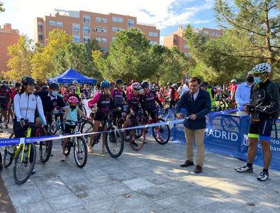 El concejal del distrito de Carabanchel, Álvaro González, daba este domingo la salida a la Marcha Ciclista por el Medioambiente organizada por la junta municipal.