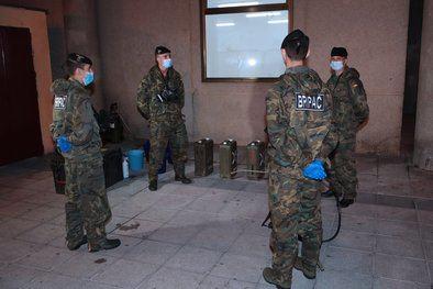 El personal de esta unidad ha realizado sus labores en el centro, aplicando hipoclorito sódico para desinfectar, garantizar su salubridad y prevenir contagios.