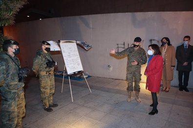 La ministra de Defensa, Margarita Robles, visita al personal de las Fuerzas Armadas responsable de las labores de desinfección en el Centro de Mayores Príncipe de Asturias en Ciudad Lineal.