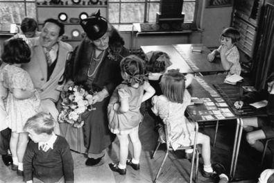 María Montessori pertenece al movimiento de la llamada Escuela Nueva. Para estos pedagogos, el aprendizaje estaba basado en la actividad del propio niño a través del juego, y partía de sus propios intereses y necesidades.