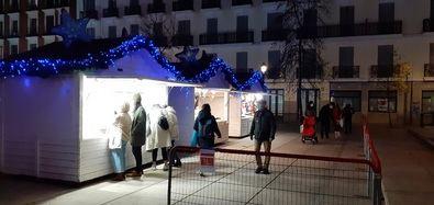 El área de compras estará formada por 13 casetas de madera divididas en dos grupos, por un lado, en la propia plaza de Juan Goytisolo y, por otra parte, en la zona lateral del Museo Reina Sofía, en la acera que va desde la glorieta del Emperador Carlos V a la Ronda de Atocha.