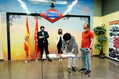 El consejero de Vivienda y Administración Local en funciones, David Pérez, ha asistido a la firma en la que Metro de Madrid y seis sindicatos han pactado nuevas medidas organizativas, que conllevarán una mayor eficacia de los procesos productivos.
