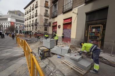 Ambas calles estrenarán mobiliario urbano y farolas más eficientes con tecnología led que se situarán en la vía pública y no en las fachadas como hasta ahora.