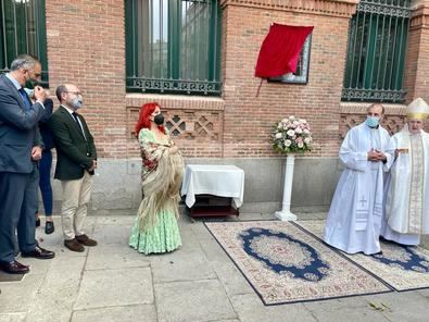 El Cardenal Osoro ha impartido la bendición ante el mosaico y, a continuación, se ha realizado un breve homenaje musical a La Paloma con la participación de la cantante y compositora Mari Pepa de Chamberí. Para concluir, se ha cantado el himno a la Virgen de la Paloma.