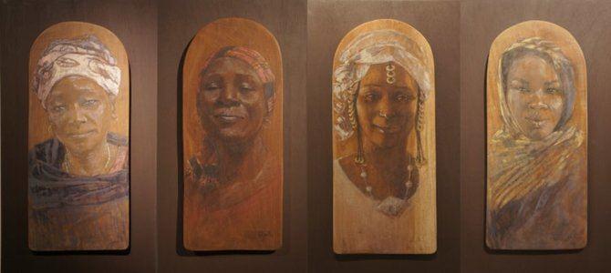 """La exposición """"Mujeres del Sahel"""" nos acerca a través de la mirada de Irene López de Castro a ese universo en el que ellas, históricamente, han sido y aún son las que mantienen la vida en un lugar donde es muy fácil la muerte, pero donde su resiliencia se siente en la fuerza que transmiten. Todo un homenaje a las africanas de quien ha sabido captar a la perfección esa fortaleza interior."""