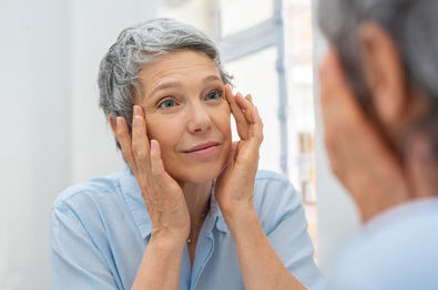 La piel de los párpados es una de las más finas del cuerpo. Con el paso de los años, el envejecimiento de los párpados ocasionado por la pérdida de colágeno y elastina, sumado al efecto de la gravedad, llevan a la dermatocalasia o exceso de piel, así como al debilitamiento de los tejidos blandos perioculares y la presencia de bolsas palpebrales y arrugas.
