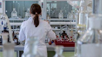 Calvo, ha animado este martes a las científicas españolas y a sus generaciones anteriores, a atraer a las jóvenes y niñas para hacer ciencia, de modo que las mujeres al incorporarse al mundo de la investigación dejen de ser 'constantemente pioneras'.