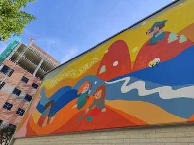El mural que decora la fachada principal de la última escuela infantil abierta en este distrito, ubicada en la calle de Cavanilles y bautizada con el nombre de la ilustre científica.