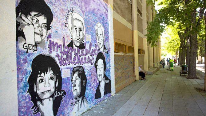 El mural se encuentra en una fachada exterior del colegio Honduras, en una pared que utiliza una asociación del barrio desde hace años. Es un homenaje a seis vecinas de Villa de Vallecas, tres profesoras y tres mujeres al frente de asociaciones vecinales.
