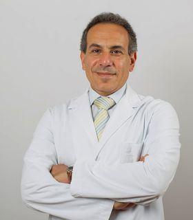 En la imagen superior, el Dr. Nabil Ragaei Kamel, Jefe de Servicio de Oftalmología del Hospital Quirónsalud San José.