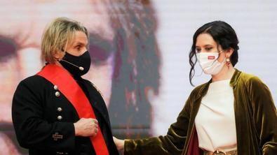 Nacho Cano, junto a Isabel Díaz Ayuso, durante la ceremonia de imposición de Medallas de la Comunidad de Madrid y condecoraciones de la Orden del Dos de Mayo con motivo del Día de la Comunidad de Madrid, a 2 de mayo de 2021.